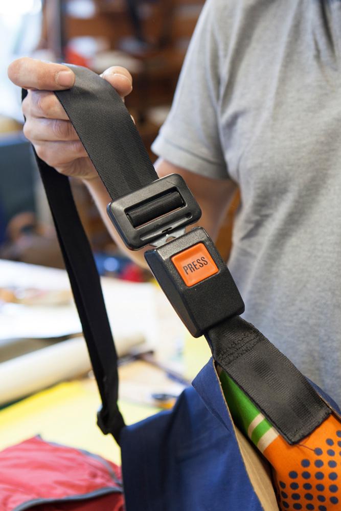 Bis heute besteht der Taschengurt vieler Modelle aus Autosicherheitsgurten.