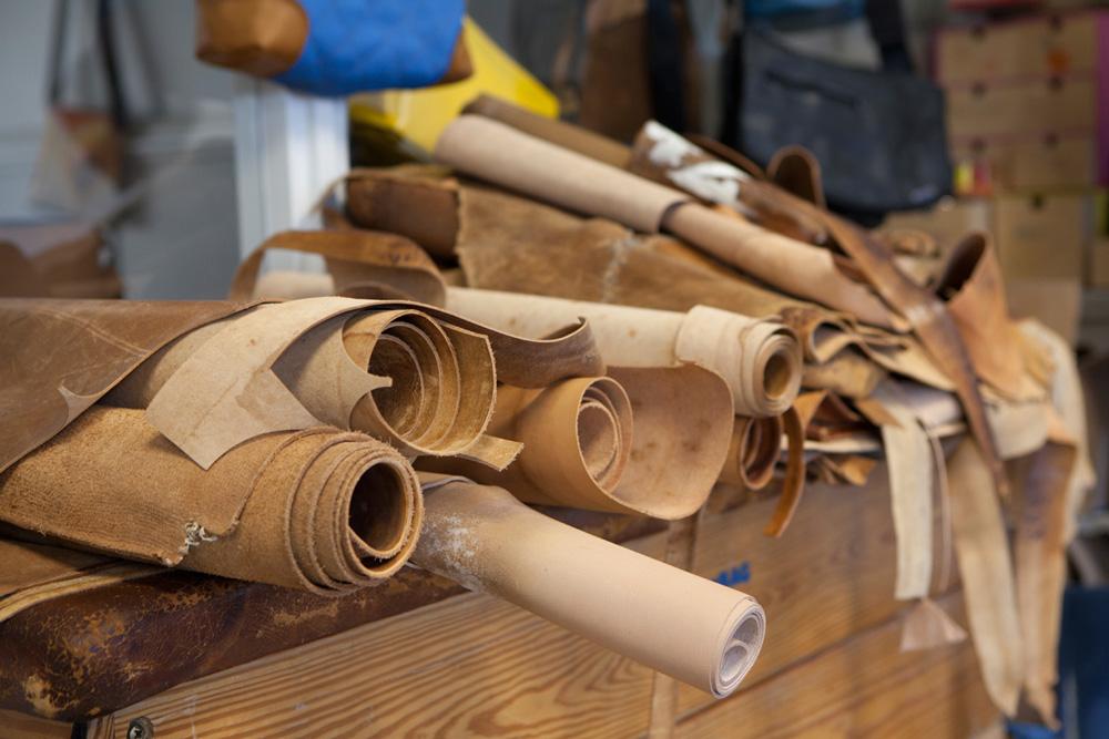 Auf den alten Armee-Canvas-Stoff aus gewachster Baumwolle für seine neusten Modelle ist Uwe Arndt auch durch Zufall gestoßen.
