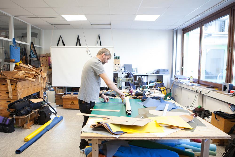 Im Hemelinger Wurstcase schneidet Uwe Arndt in seiner Werkstatt seine Taschenmodelle zu und näht sie bis zum letzten Schliff an einer Sattlernähmaschine zusammen.