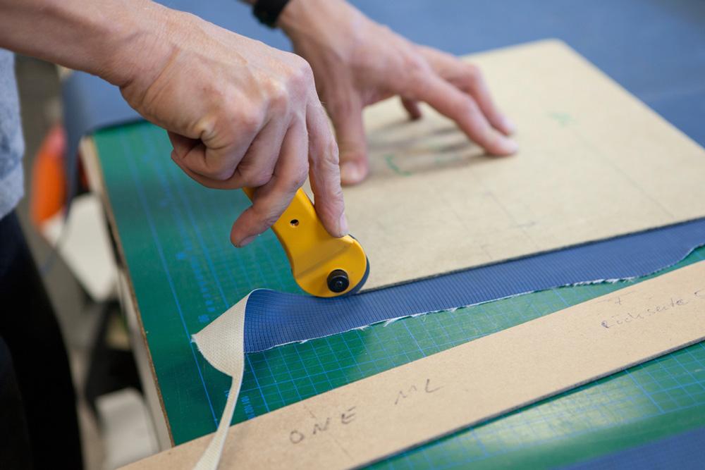 Für jedes Modell schneidet er das Material mit einem Skalpell zu.