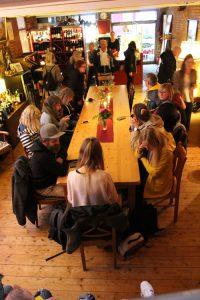 Tisch mit den sitzenden Teilnehmern des Walks in der Location die Schmidt