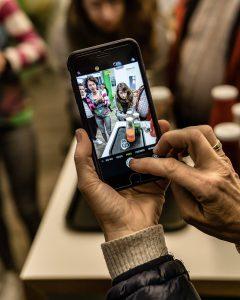Ein Bild von einem Smartphone beim Saftmachen beiPressgut