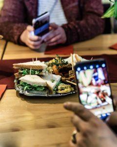 Essen von die Schmidt mit Smartphone