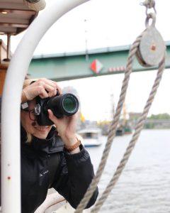 EIn Foto einer Fotografin auf der Eventyacht Nedeva